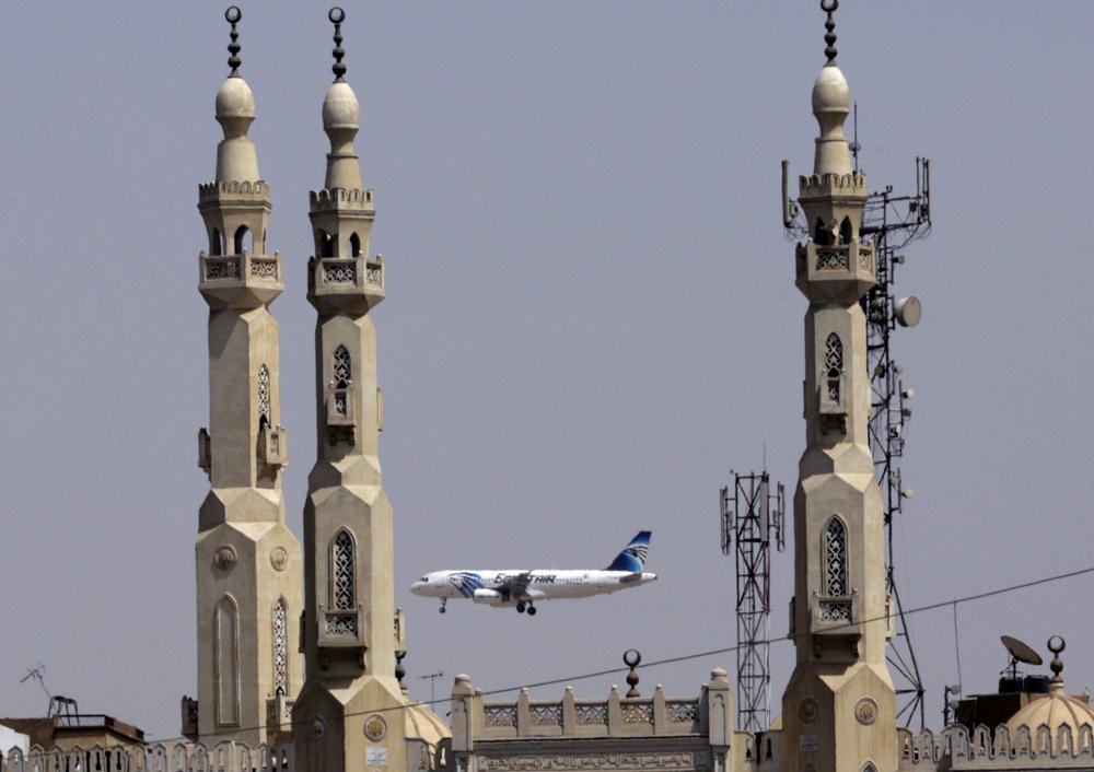 埃及航空一架从开罗飞往北京的航班8日因爆炸威胁在