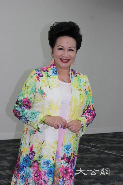 少妇骚薛_薛家燕与李居明合作主持的新城电台节目《家燕大师行运骚》将於本月24