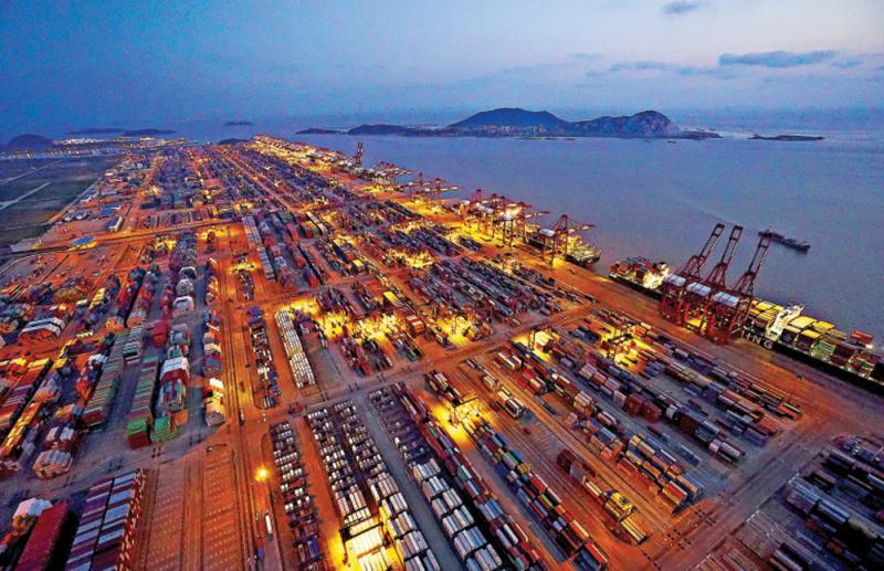 图:上海洋山港集装箱码头夜景资料图片