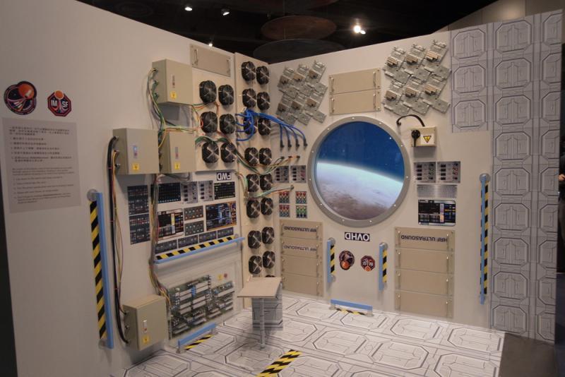 图:展厅现场模拟登陆火星飞船太空舱内景/大公报