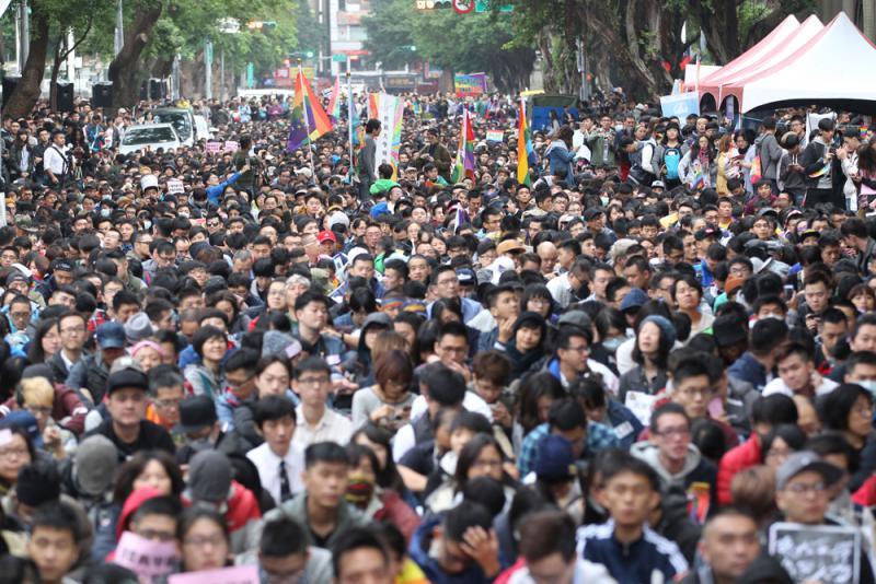 圖:挺同志團體28日在「立法院」周邊聚集,支持「同性婚姻法制化」 中央社   【大公報訊】據中通社報道:「立法院」針對同性婚姻修法的爭議持續發酵,繼首場公聽會反對團體上街施壓後,28日舉辦的第二場公聽會,支持同性婚姻的團體及民眾也上街包圍「立法院」,呼籲台灣地區領導人蔡英文要兌現選前承諾,並抗議民進黨修訂專法的立法方向。   綜合台媒消息,民進黨黨團總召柯建銘日前稱針對同婚爭議,表態黨內傾向另立專法,引起同志團體極大不滿,認為這是另一種歧視。   當天上午9點,正在召開公聽會的「立法院」外,青島東路