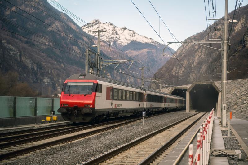 圖:全球最長的隧道瑞士「聖哥達隧道」/美聯社   【大公報訊】綜合法新社、德國之聲報道:瑞士剛興建完成的全球最長的隧道「聖哥達隧道」從11日起,開始有定期鐵路列車通行,往來蘇黎世和盧加諾之間。   瑞士通訊社(ATS)報道稱,行經聖哥達隧道的首班定期客車清晨6時3分從蘇黎世開出,在上午8時17分抵達盧加諾。同樣的路線經由聖哥達隧道,行駛時間減少了整整30分鐘。   聖哥達隧道全長57公里,歷經17年建造,造價超過118億美元。由於採用先進的隧道挖掘技術,取代了昂貴又危險的鑽炸法,因此該條隧道的建設項