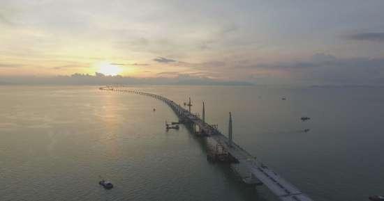 梁振英:正研究港珠澳大橋與內地澳門商跨境交通安排
