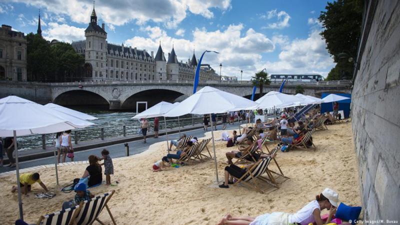 法国巴黎每年夏天都会在塞纳河沿岸举办「巴黎沙滩节」(如图),成为