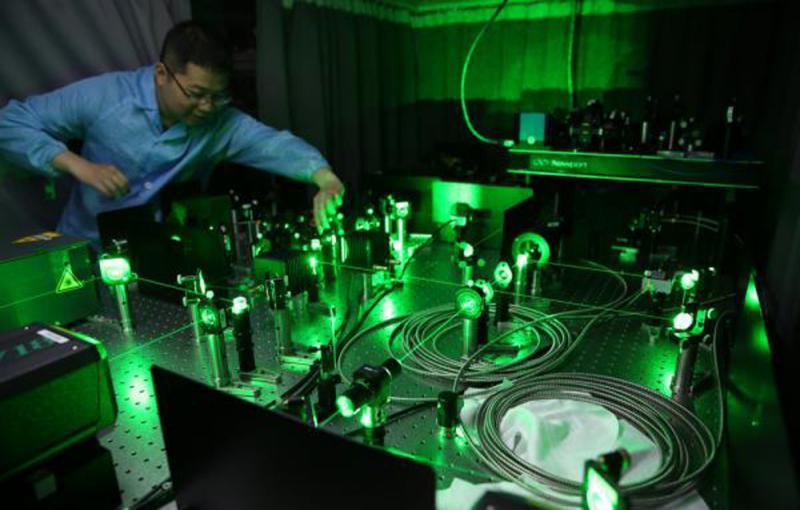 图:实验室内的光学量子计算线路网络图片