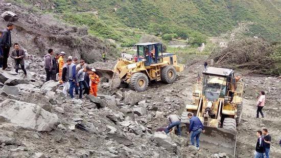 茂�h山�w垮塌141人失� 四川���省�L�ш�前往救援