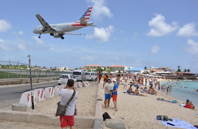 图:玛侯海滩上很多游客近距离观看飞机升降/美联社
