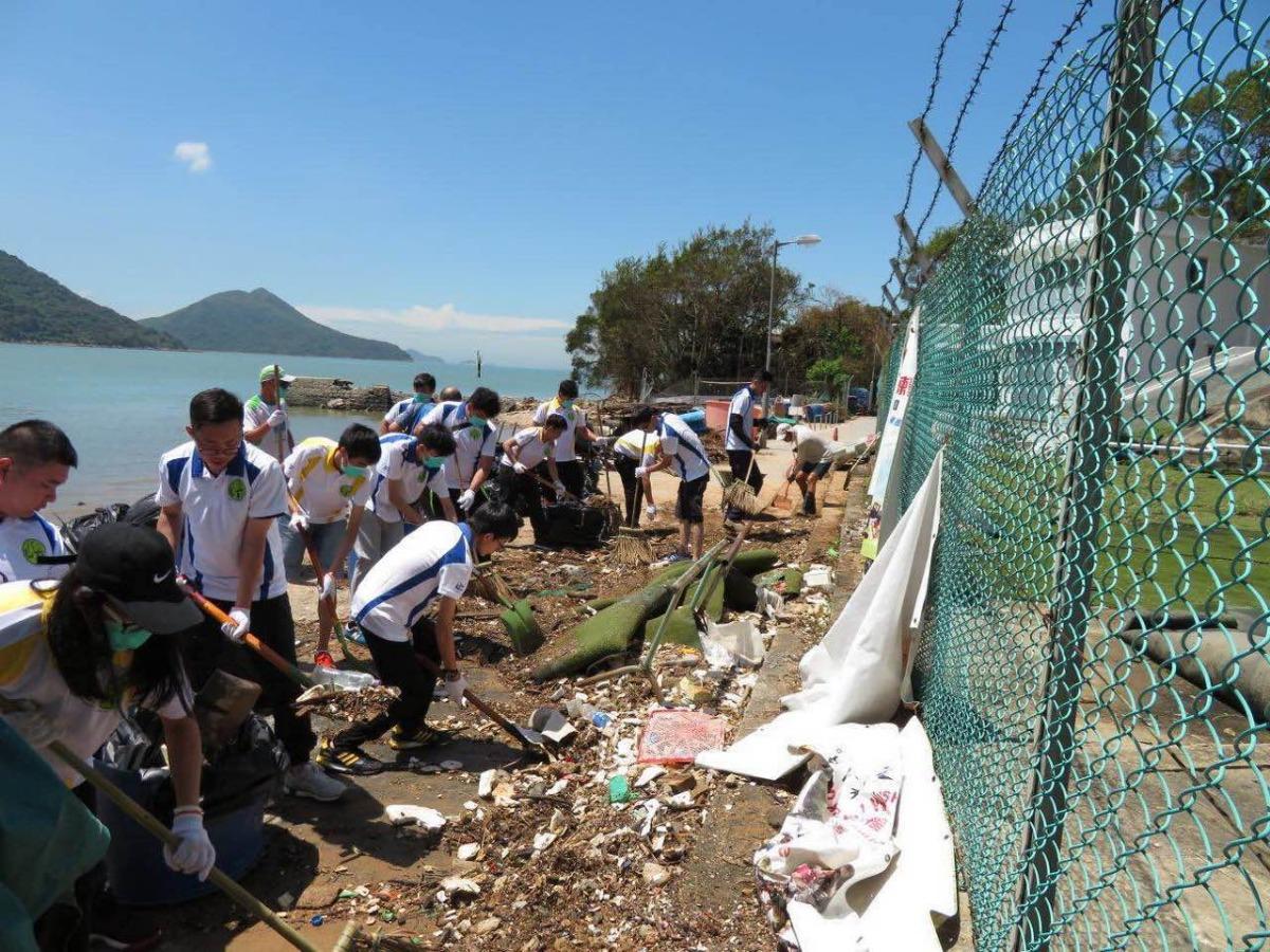 大屿山警区警民关系组台风后助居民清理道路垃圾