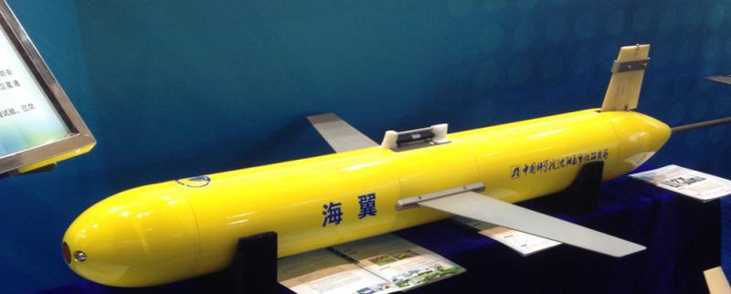 圖:「海翼」系列水下滑翔機/資料圖片   【大公報訊】綜合新華社、央視網報道:近日,中科院瀋陽自動化所在南海順利回收了一台最新研製的「海翼1000」水下滑翔機。該水下滑翔機在南海北部創造了無故障連續工作91天等多項新紀錄,使中國成為繼美國之後第二個具有跨季度自主移動海洋觀測能力的國家。   這台「海翼1000」水下滑翔機是今年7月14日由「科學號」科考船在南海東北部布放。在與其他11台水下滑翔機共同執行完水下滑翔機組網觀測任務後,它被繼續留在這一海域,來進行長續航能力的考核。   經受5個颱風考驗