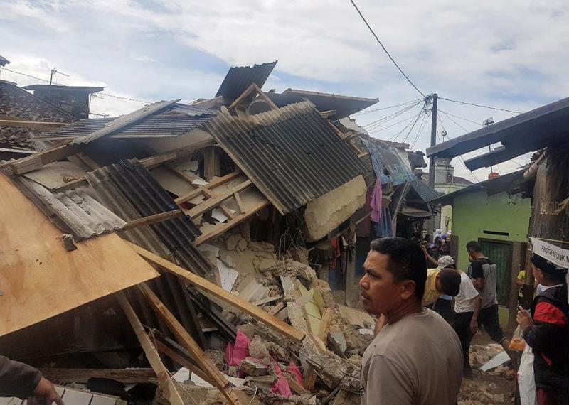 圖:印尼爪哇島地震,多處建築物受損 美聯社   【大公報訊】據美聯社、路透社報道:印尼爪哇島23日發生6級地震,造成1人死亡,20人受傷,傷者包括多名學生。   美國地質勘探局表示,此次震央位於外海,約位於雅加達西南方130公里,地震震源深度相當淺,約為43公里。當局已排除海嘯風險。   印尼救災機構說,西爪哇省展玉市一所學校的教室屋頂發生坍塌,造成八名學生重傷,其中六人傷勢嚴重。   爪哇島數百建築物受損,首都雅加達亦震感強烈,目擊者說,感覺地震持續了三至五分鐘,許多人沿着雅加達市區街道奔跑,上班