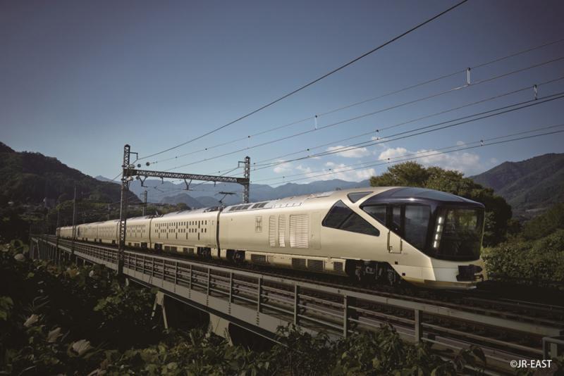 圖:「TRAIN SUITE 四季島」列車   【大公報訊】記者黃裕慶報道:本港兩家主打日本遊的旅行社,先後推出豪華鐵道遊,團費更與本港樓價一樣屢創新高。縱橫遊(08069)宣布夥拍東日本鐵路公司(JR East),推出香港歷來最貴的日本團。行程包括乘搭「TRAIN SUITE 四季島」號列車,只限34個名額,團費每人最高188,888港元,最平也要118,888港元。   日本是港人熱門的旅遊地點。縱橫遊常務董事袁振寧表示,每年大約有200萬人次訪日,由於市場越來越大,旅行社有空間推出不同類型的產