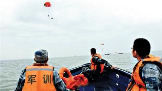 空军海战队助银鹰远海作战 保障油料供给侦查救援抢险