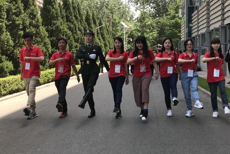 """香港学生喜上阵当""""仪仗兵"""""""