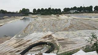 长江岸边万吨恶臭污泥不断增加 泰兴市整改承诺成一纸空文