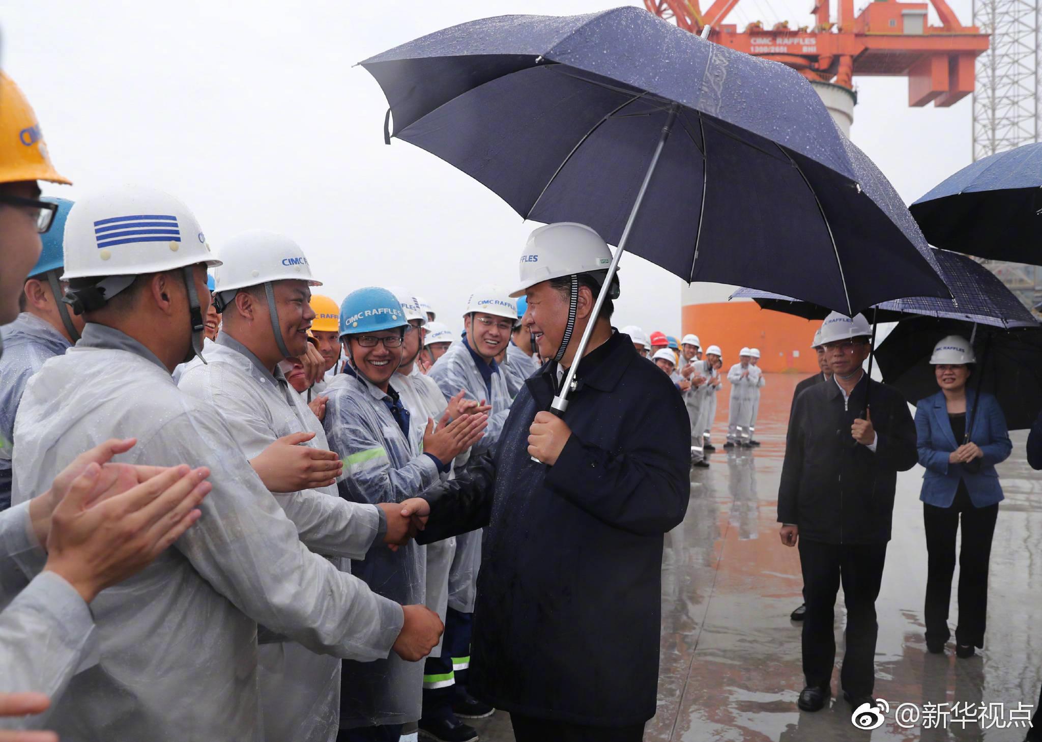 习近平冒雨考察海洋工程设备制造基地