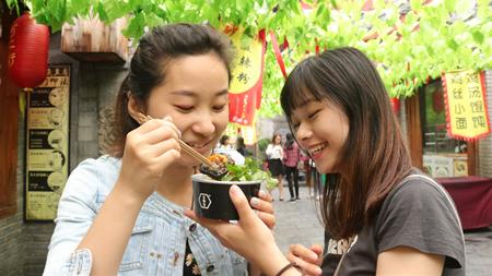 一站吃遍中原!香港学子邂逅漯河逛吃一条街——河上街