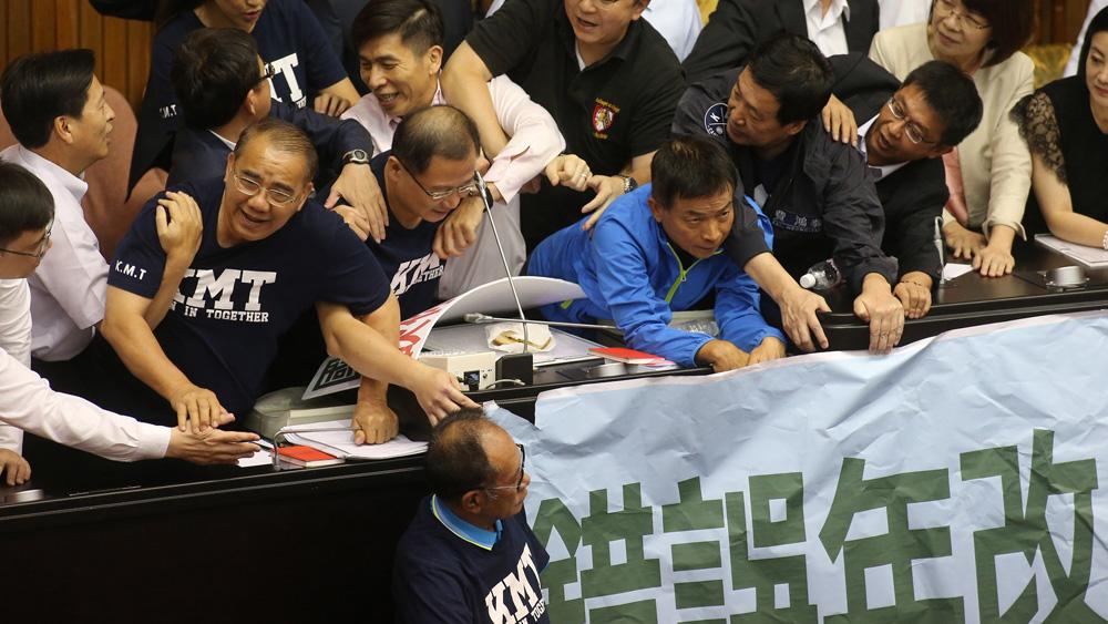 """台湾当局减军人退休金 """"立院""""审议爆发冲突"""
