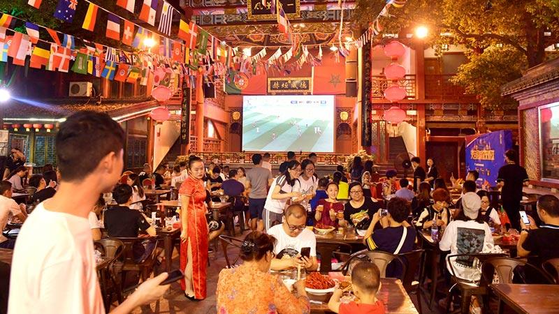 """世界杯催热""""夜经济"""" 湖南长沙各大商家播放赛事吸引顾客"""