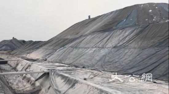 图3  长江岸边钢渣堆积如山