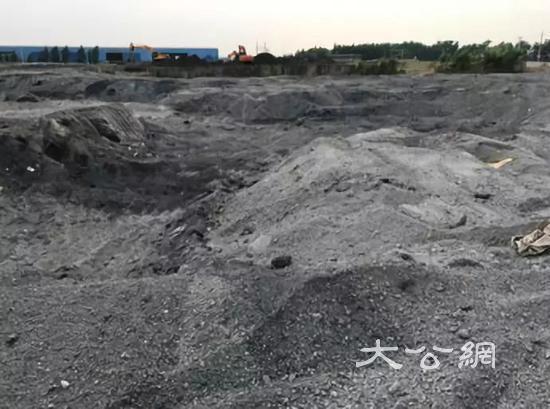 图2  沙钢集团废钢渣随意堆放于生活垃圾填埋场