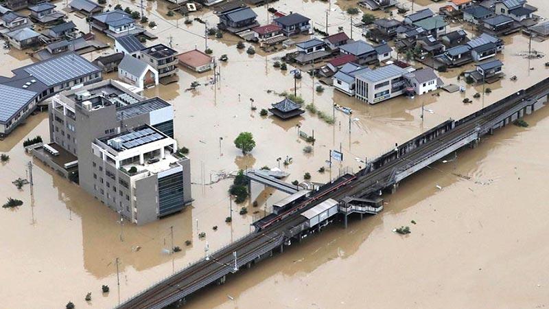 """日本""""史无前例""""暴雨已致126人死亡 安倍被曝开晚宴遭批"""