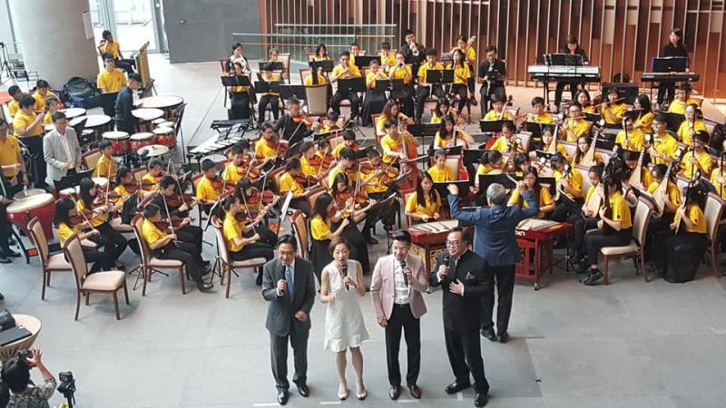 陈维安,高歌《万水千山纵横》-立会中西乐合璧 议员和谐合唱