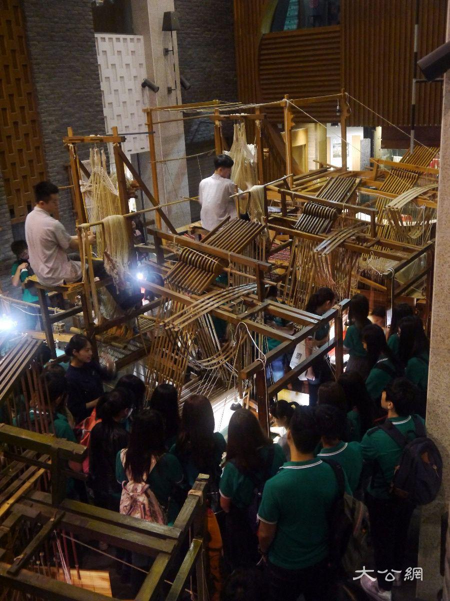 在成都蜀锦织绣博物馆里,讲解员详细地向同学们讲解了历代蜀锦,蜀绣图片