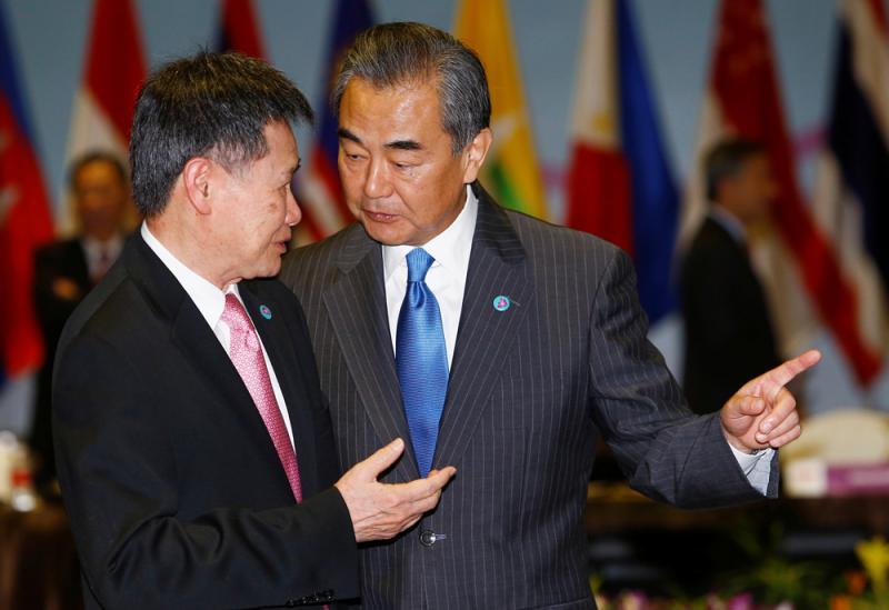4日,在东盟与中日韩(10 3)外长会上,中国外长王毅与东盟秘书长林玉辉图片