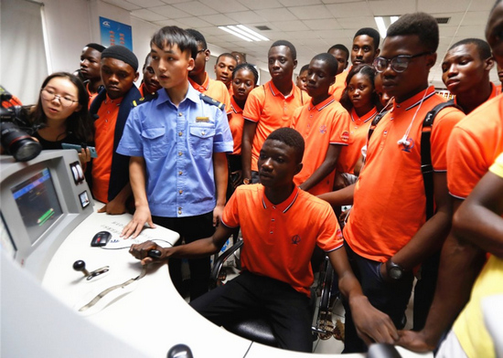 """30名非洲留学生西安迎来开学""""第一课"""" 感受中国高铁发展速度"""