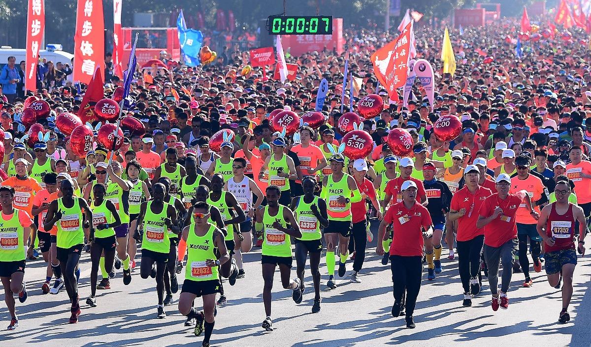 2018沈阳国际马拉松两万人参跑场面壮观