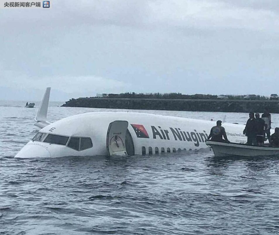 巴布亚新几内亚一架客机降落时冲出跑道入海 幸未造成人员伤亡