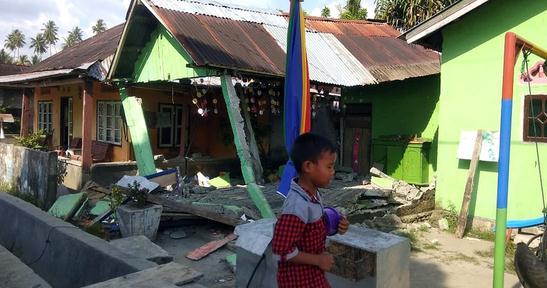 印尼7.5级强震致30人死12人伤 灾区停电致救援困难