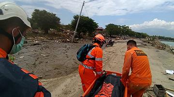 印尼强震及海啸伤亡惨重 死亡人数升至832人