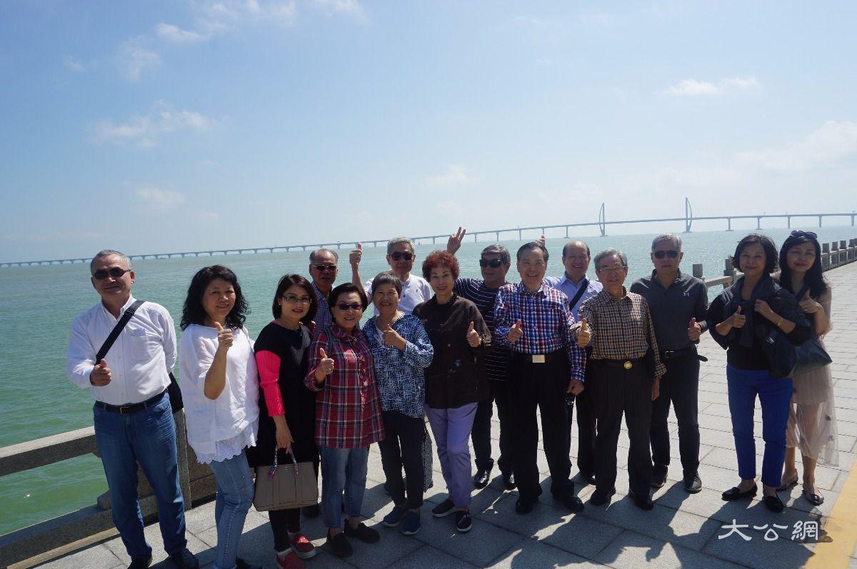开通在即 港澳台居民组团探营港珠澳大桥大桥
