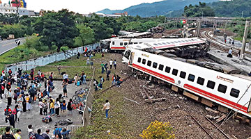 台湾铁路八车厢出轨18死168伤 疑弯道车速过快肇祸