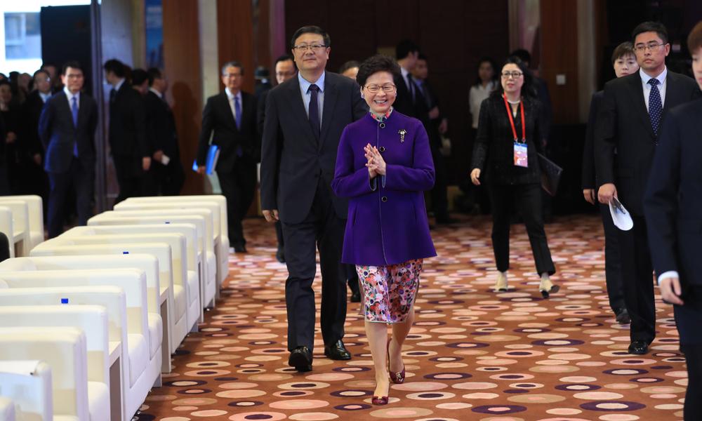 第二十二届北京•香港经济合作研讨洽谈会开幕式24日在北京国际饭店举行,图为与会领导入场。