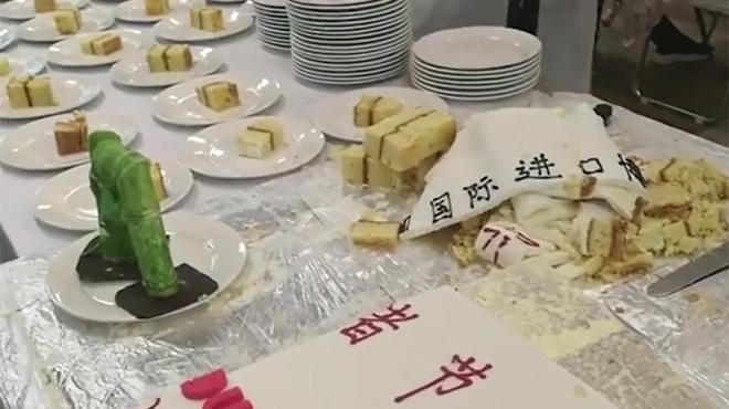 """进博会惊喜 千名记者共食""""进宝""""蛋糕"""