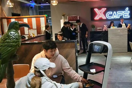 京东首家智能餐厅开业 机器人炒出八大菜系