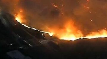 美国加州山林大火已致9人遇难 超15万人紧急撤离