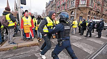暴徒烧车抢警枪攻入凯旋门 法国爆发13年来最严重骚乱