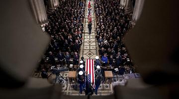 ?老布什国葬美五总统肃穆送别 移灵得州家族墓园与妻女长眠一地