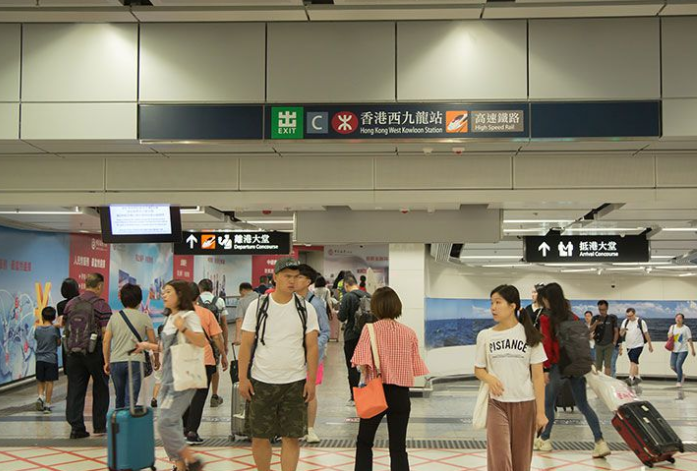 香港高�F日均客流5�f人次 三成�楦廴�