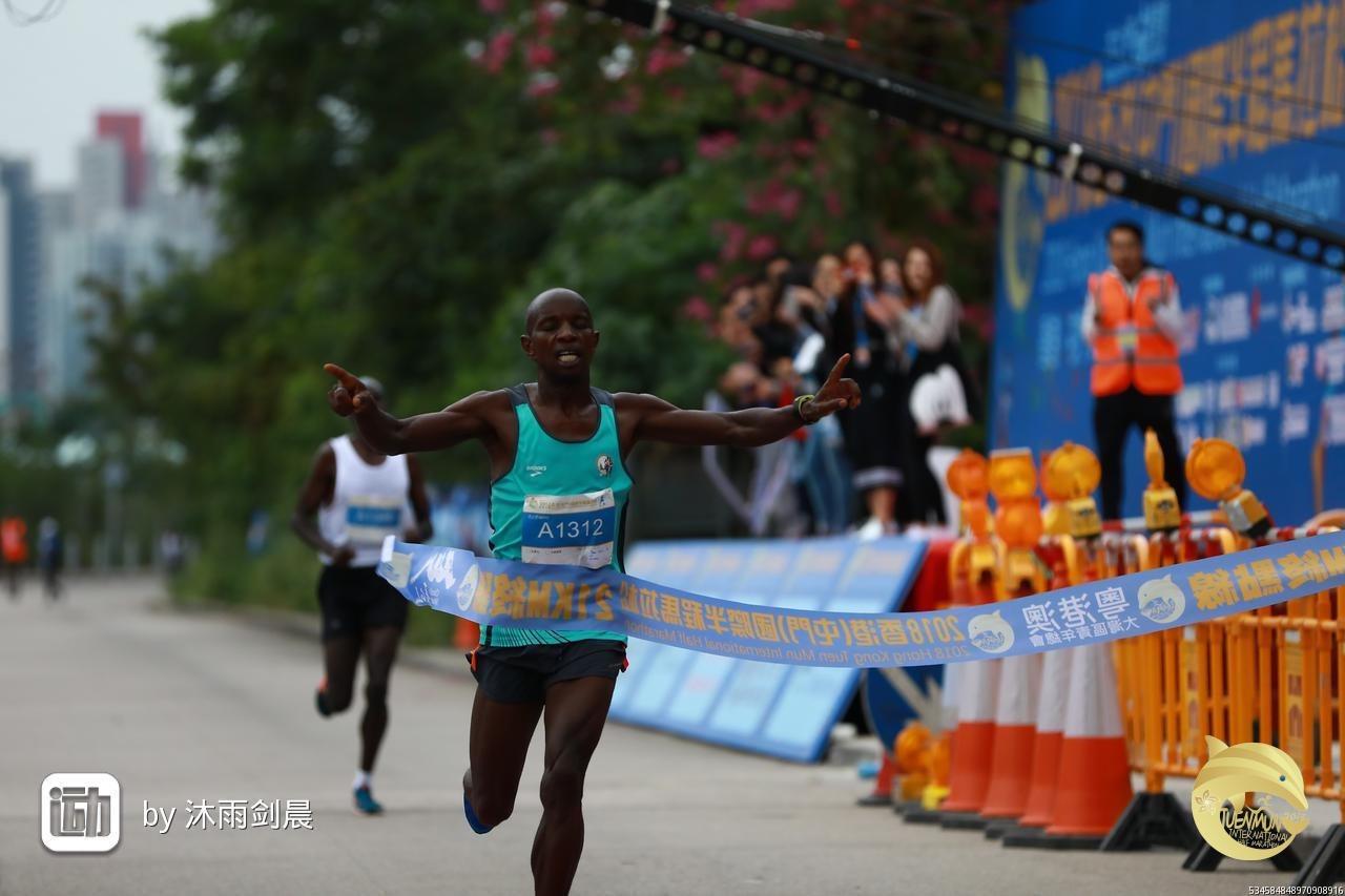 肯尼亞職業跑手JOSEPH MWANGI NGARE破紀錄 上屆冠軍為他點讚