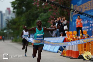肯尼亞職業跑手破紀錄 上屆冠軍為他點讚