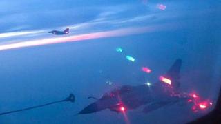 空军歼-10B夜间空中加油 锤炼全天候远程作战能力