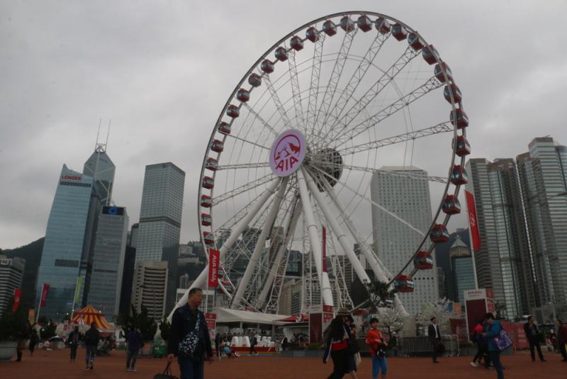 香港中環摩天輪發生故障 有乘客被吊在空中一小時