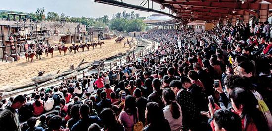 錦繡中華在內地首創的影視特技實景戰馬秀《大漠傳奇》,吸引眾多遊客觀賞/受訪者供圖