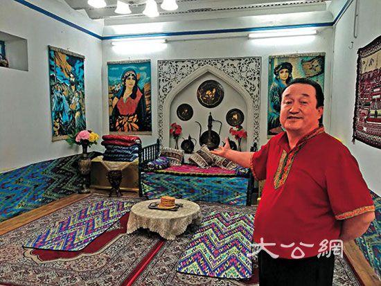新疆喀什歌舞團的阿巴拜克日.吾布力卡司木展示景區里的維族「村寨」/大公報記者黃仰鵬攝