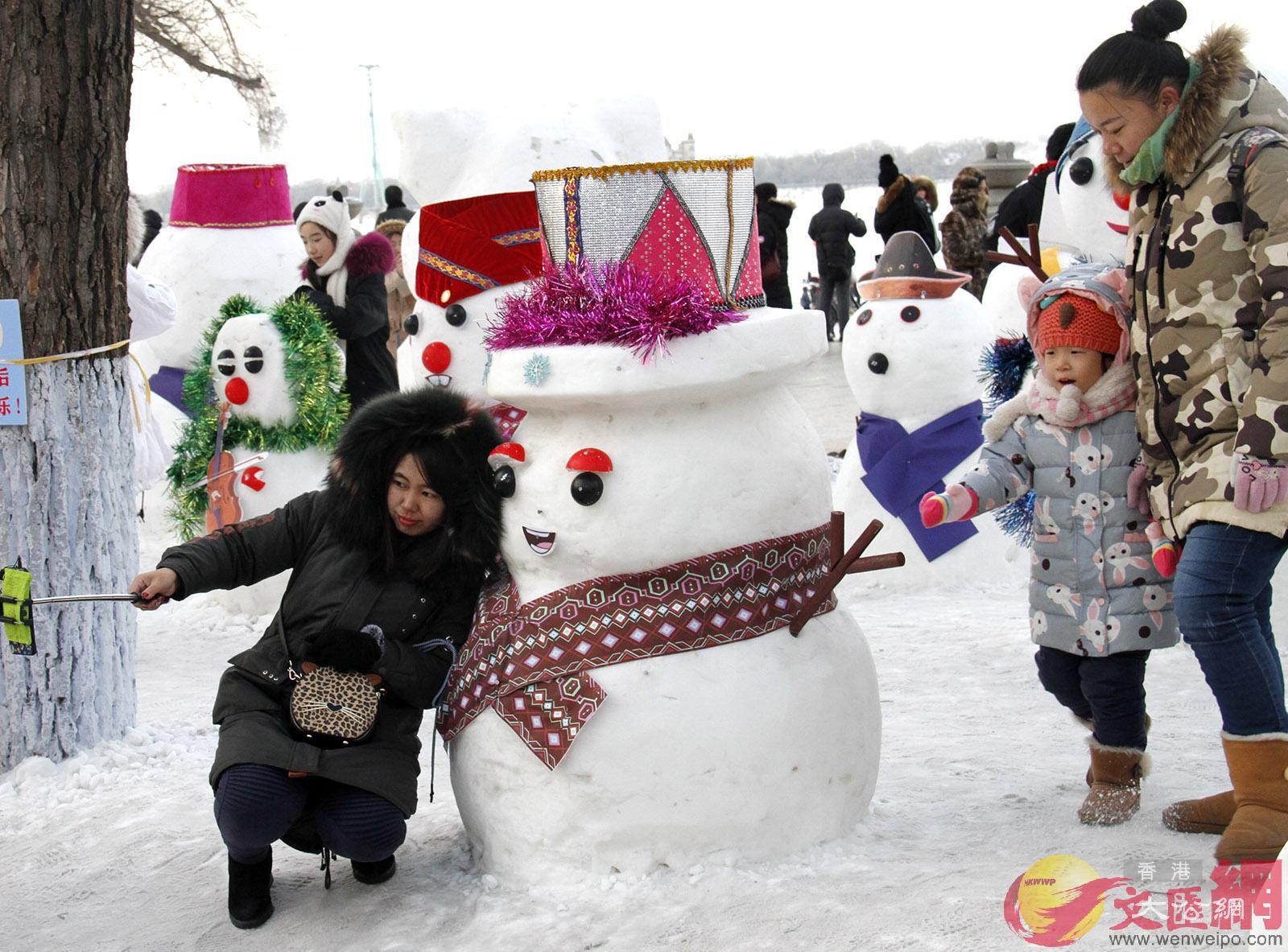 雪人、豬年生肖、吉祥物等各類雪雕雕塑形成「雪人大觀」(于海江 攝)