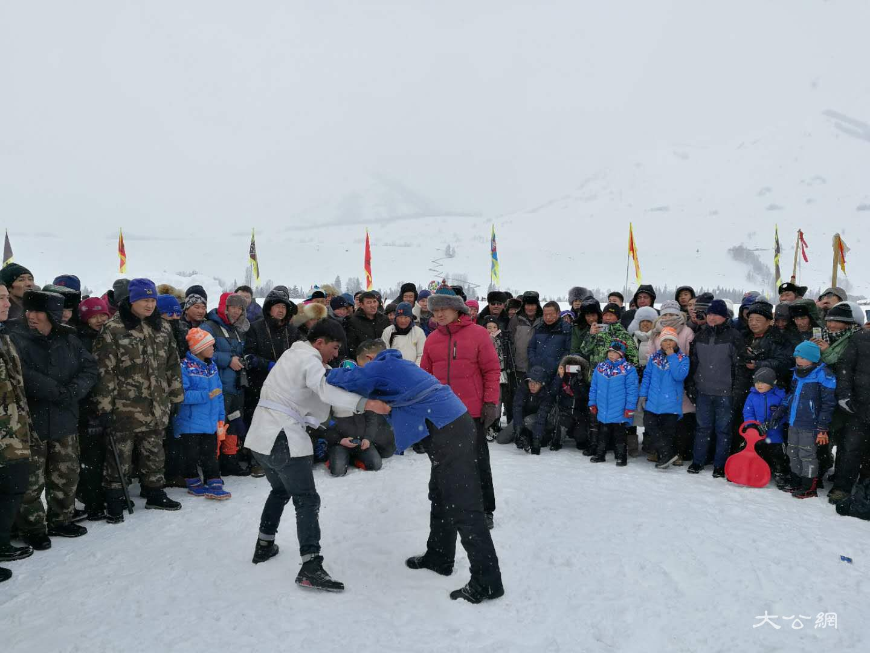 喀納斯冰雪風情旅遊節暨潑雪狂歡節現場舉辦摔跤比賽 應江洪 攝